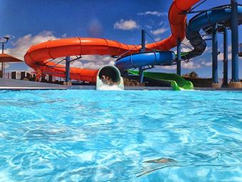 Parques acuáticos, parques atracciones, piscinas, museo, actividades deportivas, excursiones guiadas, cines