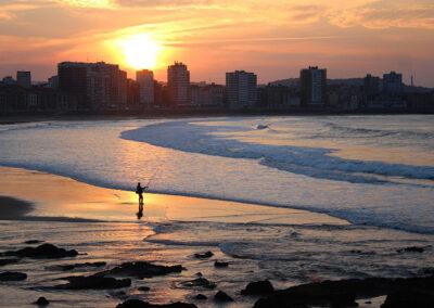 Bello amanecer en playa de San Lorenzo en Gijón